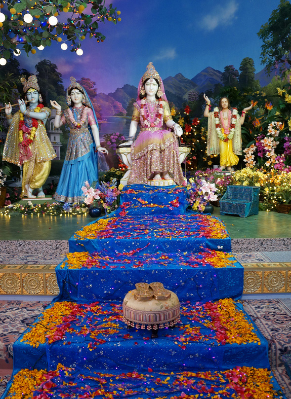 On this glorious day, devotees offer the flowers of devotion at the Lotus Feet of the Supreme Divine Love form of God, Shree Raseshwari Radha Rani!