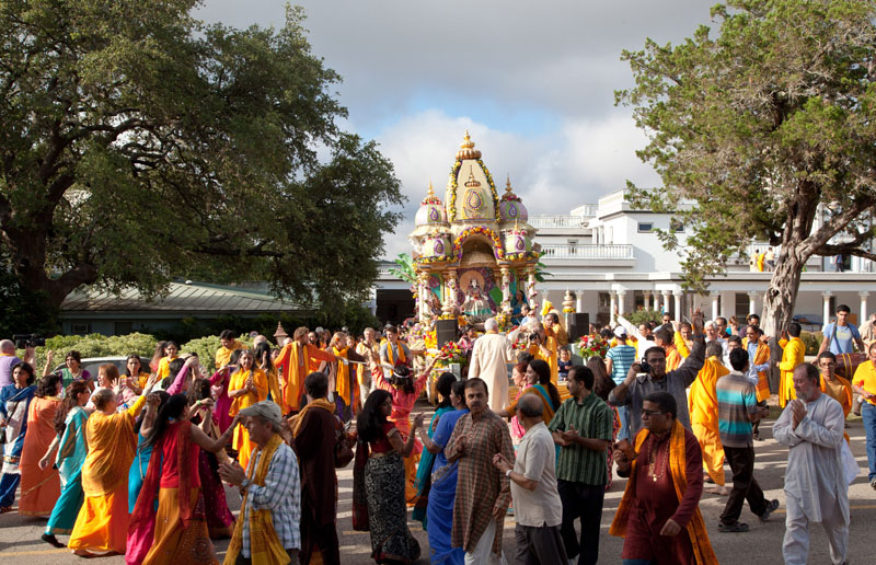Devotees Dance & Do Her Agwani