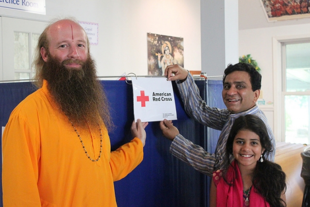 Swami Nikhilanand with blood donors