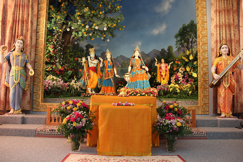 Shree Maharajji's divine vibrations grace the atmosphere.