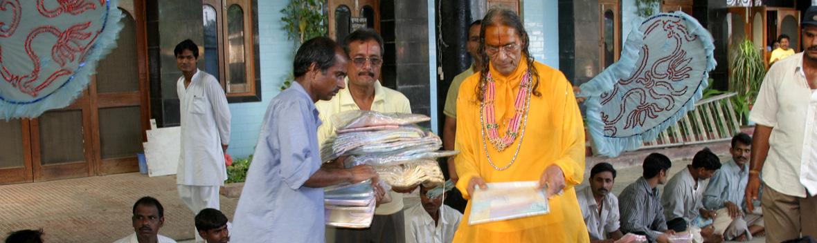 Clothing Distribution by Jagadguru Kripaluji Maharaj